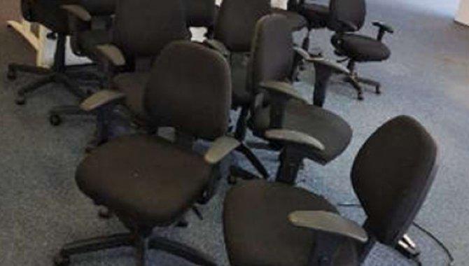 Foto - 05 Cadeiras Giratórias Preta com Braço e Encosto Baixo (Lote 330) - [1]
