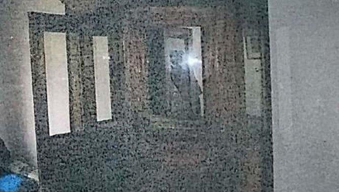 Foto - 01 Móvel de Madeira com 2 Portas, Vidro na Parte Superior, 2 Gavetas - [1]
